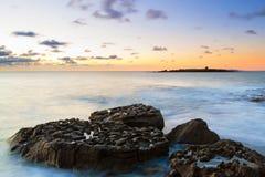 Puesta del sol idílica sobre Océano Atlántico Imágenes de archivo libres de regalías