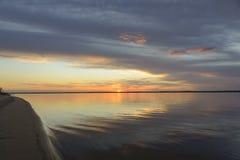 Puesta del sol ideal del río imagen de archivo