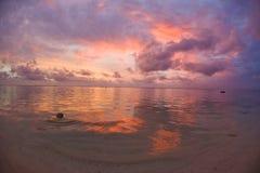 Puesta del sol ideal tropical de la playa Imagen de archivo