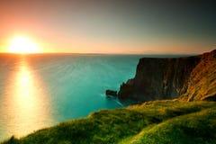 Puesta del sol idílica en los acantilados irlandeses de Moher Foto de archivo