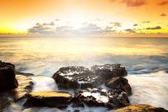 Puesta del sol idílica sobre Océano Atlántico Fotos de archivo libres de regalías