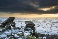 Puesta del sol imponente del invierno sobre paisaje del campo con dramático Foto de archivo libre de regalías