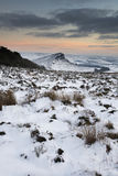 Puesta del sol imponente del invierno sobre paisaje del campo con dramático Imagenes de archivo