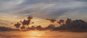Puesta del sol imponente del verano sobre el paisaje del campo del campo con Imagen de archivo