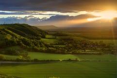 Puesta del sol imponente del verano sobre paisaje del campo fotografía de archivo