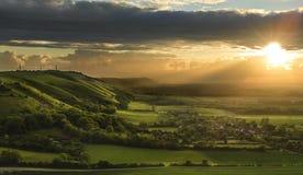 Puesta del sol imponente del verano sobre paisaje del campo fotos de archivo