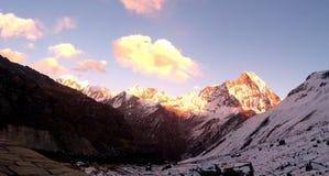 Puesta del sol imponente en la montaña de Annapurna Imagen de archivo libre de regalías