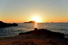 Puesta del sol imponente en la playa de Comte en Ibiza Imágenes de archivo libres de regalías
