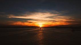 Puesta del sol impresionante con la sincronización perfecta Foto de archivo libre de regalías