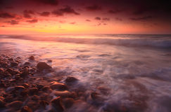 Puesta del sol en la playa de Tempurung, Kuala Penyu, Sabah Imagen de archivo libre de regalías