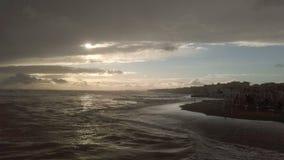 Puesta del sol impresionante en la costa costa, el cielo cubierto con la luz dram?tica y la tormenta del mar metrajes