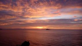 Puesta del sol increíble sobre el mar Fotos de archivo