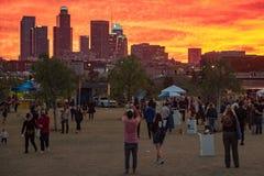 Puesta del sol increíble sobre Los Ángeles céntrico Foto de archivo