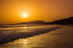 Puesta del sol increíblemente hermosa en la playa en España fotografía de archivo