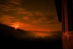Puesta del sol increíblemente hermosa y dramática en diciembre foto de archivo libre de regalías