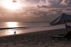 Puesta del sol Indonesia Bali del mar Foto de archivo