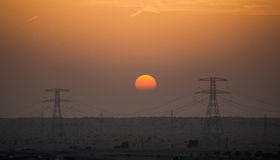 Puesta del sol industrial en el desierto de Dubai Fotos de archivo libres de regalías