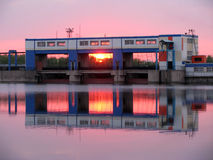 Puesta del sol industrial en el río Foto de archivo libre de regalías
