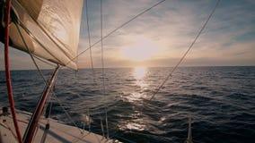 Puesta del sol inspirada asombrosa sobre el mar del barco almacen de video