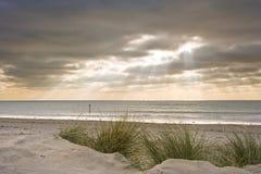 Puesta del sol inspirada hermosa sobre la playa del invierno Imagen de archivo libre de regalías