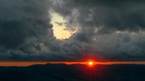 Puesta del sol inusual sobre las nubes negras almacen de metraje de vídeo