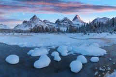 Puesta del sol del invierno El soporte Assiniboine, también conocido como montaña de Assiniboine, es una montaña máxima piramidal fotos de archivo