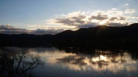 Puesta del sol del invierno en el Waikatio imagen de archivo libre de regalías