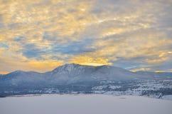 Puesta del sol del invierno en montañas de la Columbia Británica Fotos de archivo