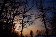 Puesta del sol del invierno en una carretera nacional fotos de archivo