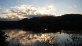 Puesta del sol del invierno que refleja en el río de Waikato imagen de archivo libre de regalías