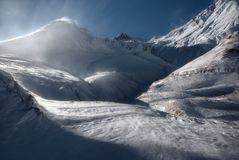 Puesta del sol del invierno sobre las montañas del Cáucaso Foto de archivo