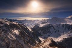 Puesta del sol del invierno sobre las montañas del Cáucaso Imagen de archivo