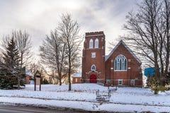 Puesta del sol del invierno sobre una iglesia tradicional del ladrillo rojo Imagenes de archivo