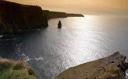 Puesta del sol irlandesa hermosa del paisaje marino de la tarde temprana Fotos de archivo libres de regalías