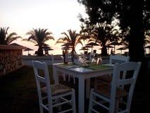 puesta del sol italiana de la mesa en el centro turístico de los carras de Oporto Imagen de archivo