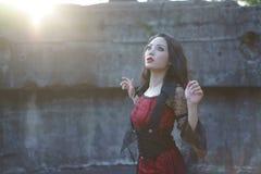 Puesta del sol del jardín de la ruina de la mujer de la bruja fotos de archivo libres de regalías