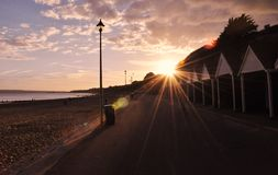 Puesta del sol jurásica de la costa en la playa de Bouremouth de Dorset Fotos de archivo