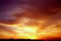 PUESTA DEL SOL LÍQUIDA FOTOGRAFIADA DEL TEJADO DE UN EDIFICIO EN BREA, CALIFORNIA * JULIO DE 1990 Fotos de archivo