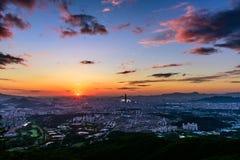 Puesta del sol la ciudad de Seul y el horizonte céntrico Fotografía de archivo libre de regalías