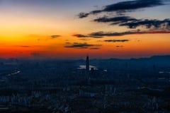 Puesta del sol la ciudad de Seul y el horizonte céntrico Fotos de archivo libres de regalías