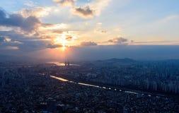 Puesta del sol la ciudad de Seul y el horizonte céntrico en Seul Imagen de archivo libre de regalías
