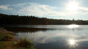 Puesta del sol del lago con las montañas metrajes