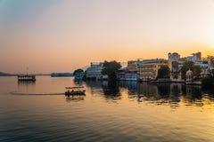Puesta del sol del lago Pichola en Udaipur, la India foto de archivo libre de regalías