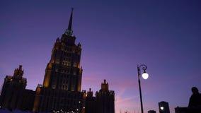 Puesta del sol del lapso de tiempo Art Deco Building Se destaca la fachada Cielo azul y púrpura metrajes