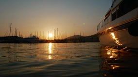 Puesta del sol del lapso de tiempo en el puerto de la ciudad de vacaciones de Bodrum, Turquía Yate de lujo amarrado en la bah?a almacen de metraje de vídeo