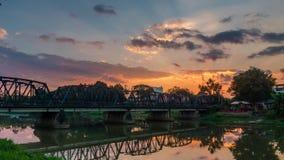 Puesta del sol del lapso de tiempo sobre el puente de acero metrajes