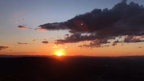 Puesta del sol del lapso de tiempo sobre la montaña de Vitosha cerca de Sofía, Bulgaria Visión desde la colina de Kopitoto metrajes