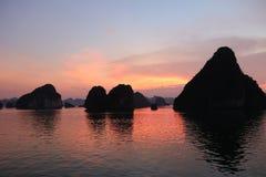 Puesta del sol larga de la bahía de la ha, Vietnam Foto de archivo libre de regalías