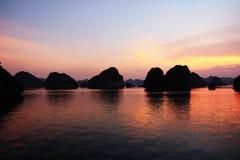 Puesta del sol larga de la bahía de la ha, Vietnam Foto de archivo