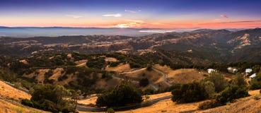 Puesta del sol ligera iluminando las montañas situadas en San del sur Fra fotografía de archivo libre de regalías